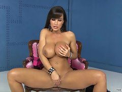 Great Lisa Ann loves tormenting her dripping twat