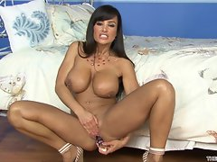 Wench Lisa Ann rams her toy deep in her dripping snatch