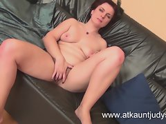 Luscious Mum Mila fingers herself