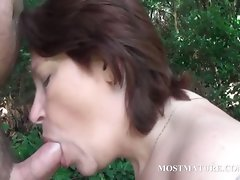 Nude momma blows brutal pecker outdoor