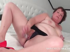 Experienced bitch pleasuring her muff in bed