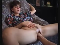 Girl squirts thanks to attractive fisting
