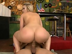 Seductive BUBBLE Ass Blond KNOWS HOW TO RIDE Dick